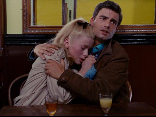 le couple amoureux de 'Les parapluies de Cherbourg'.